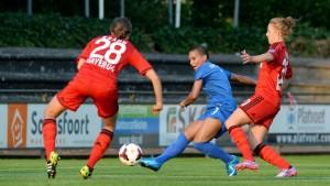 Allerlei zu tun hatten Annike Krahn (links) und Torschützin Carolin Simon bei Twente Enschede. (Foto: M. Kappes)